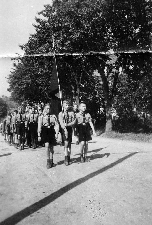 Hitlerjugend marschiert mit Fahne auf ...as Bild entstand in den 1930er Jahren.  | Foto: Privatbesitz