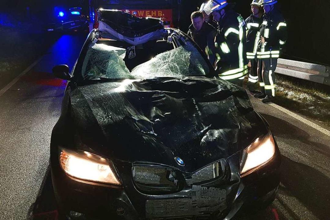Nur noch Schrottwert hat das Auto nach...mmenstoß mit der Jungkuh in Schollach.  | Foto: Kamera 24