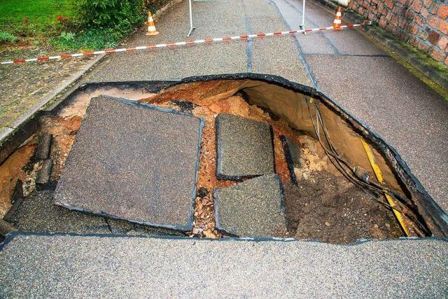 In Ettenheim tut sich plötzlich ein riesiges Erdloch in der Straße auf