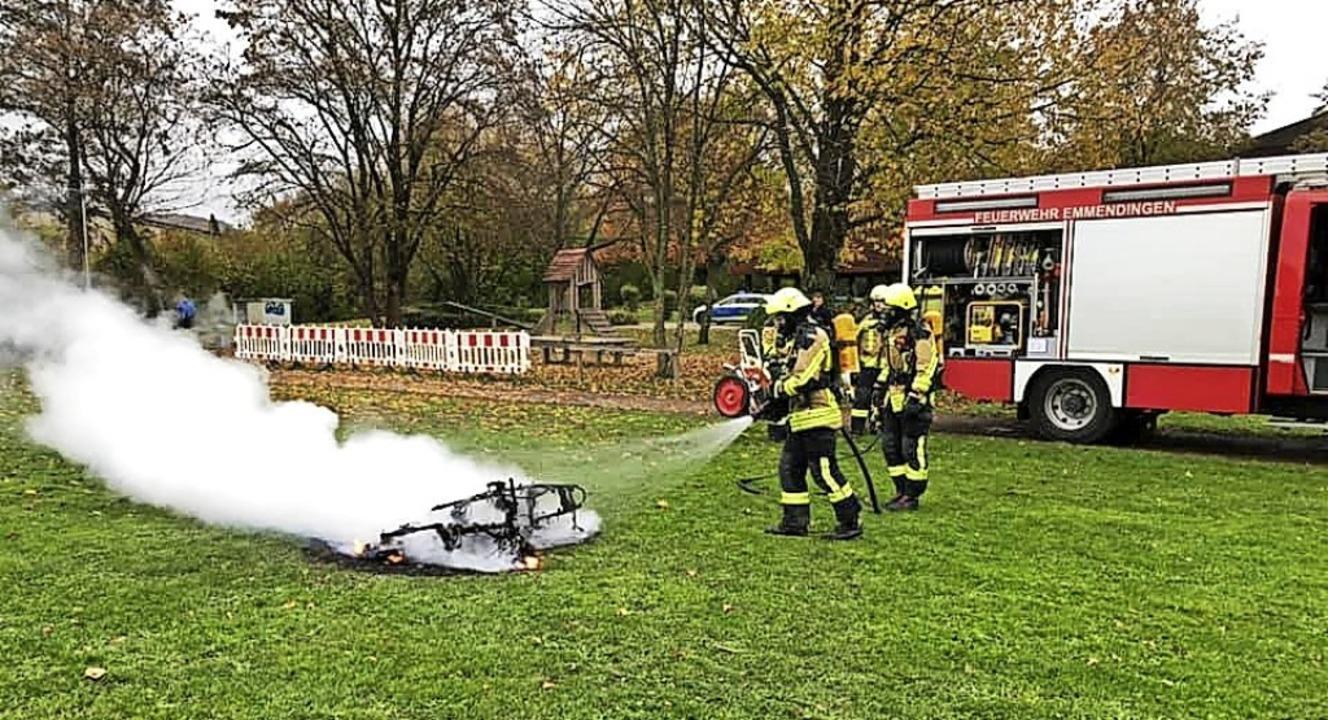 Einen brennenden  Motorroller auf eine...ebrannten Fahrzeugs aufgehalten haben.  | Foto: Feuerwehr