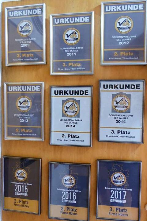 Einige der bisherigen Auszeichnungen sind im Schauraum ausgestellt.  | Foto: Peter Stellmach