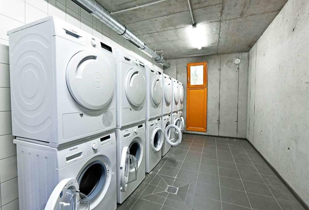 Waschmaschinen stehen in einem Raum.  | Foto: Michael Bamberger