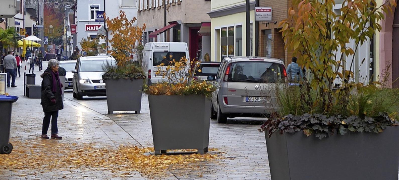 Pflanzkübel-Slalom: Blick in die neugestaltete Lange Straße.   | Foto: Helmut Seller