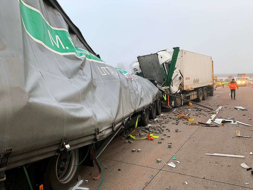 Der Fahrer des auffahrenden Sattelzugs...en  an der Unfallstelle vorbeigeführt.    Foto: Roland Spether