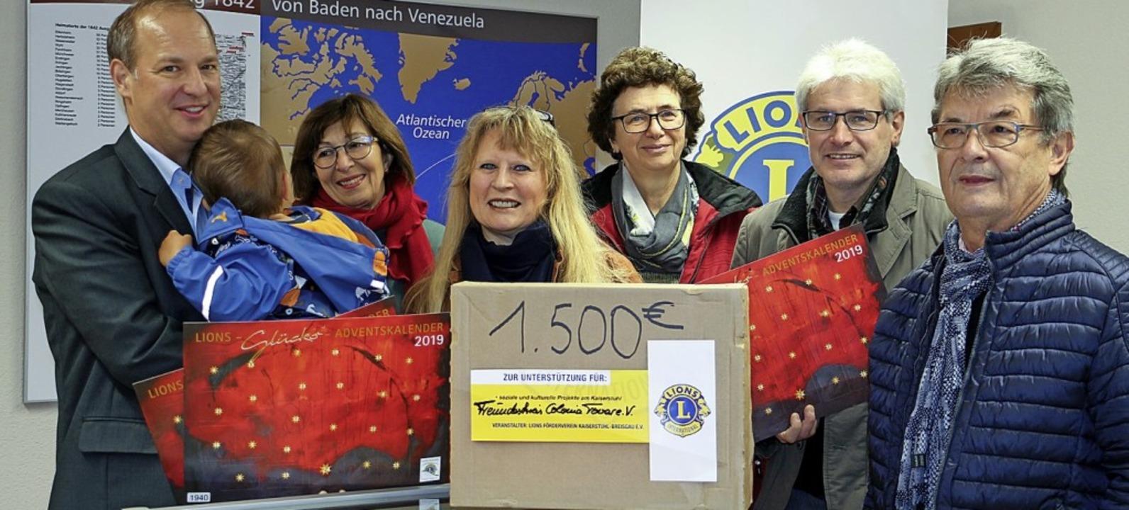 1500 Euro  übergaben Vertreter des Lio... den Freundeskreis der Colonia Tovar.   | Foto: Ruth Seitz