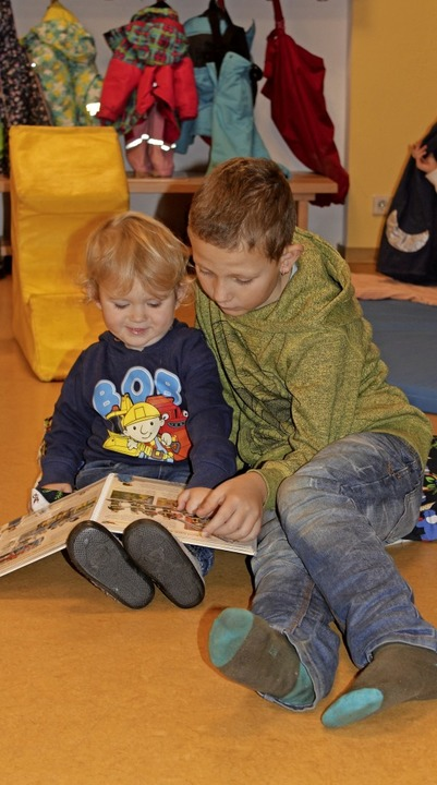 Den jüngeren Kindern vorlesen und dabe...Vorlesetag im Unadinger Kindergarten.   | Foto: Christa Maier