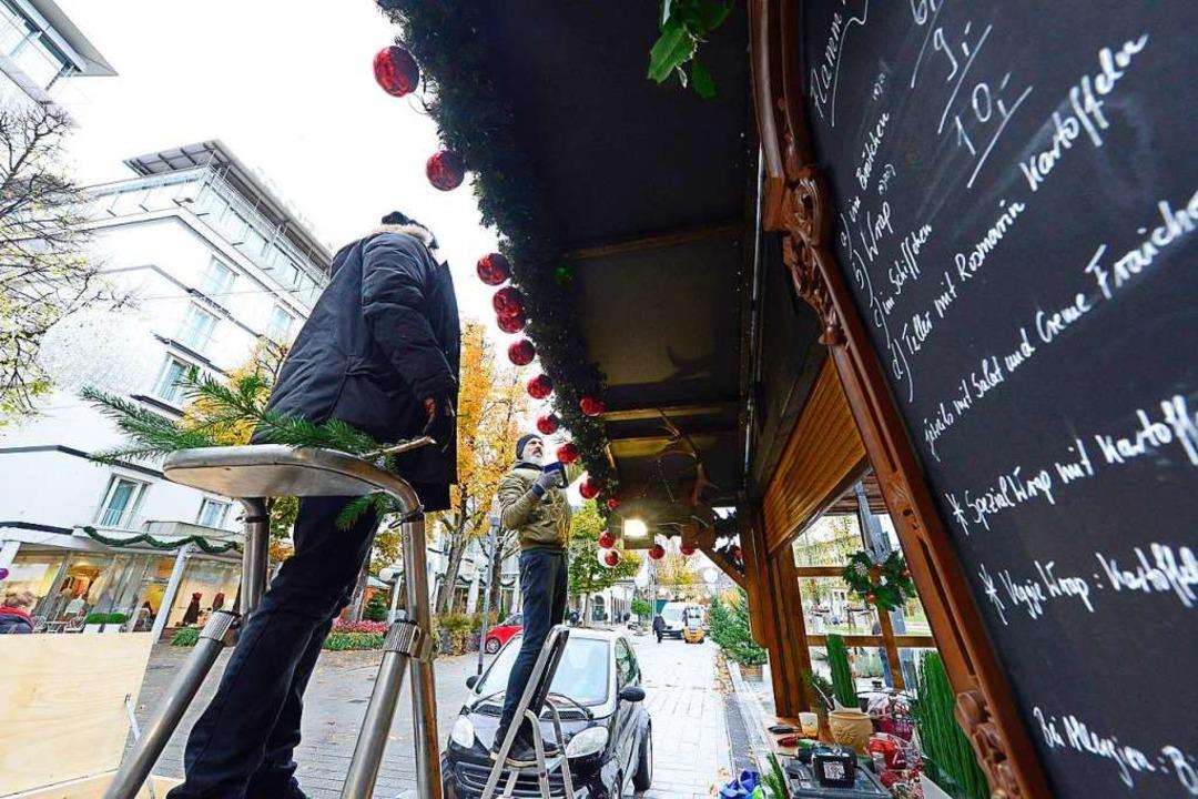 Die Marktbeschicker sind seit Tagen mi...Weihnachtsmarkt startet am Donnerstag.  | Foto: Ingo Schneider