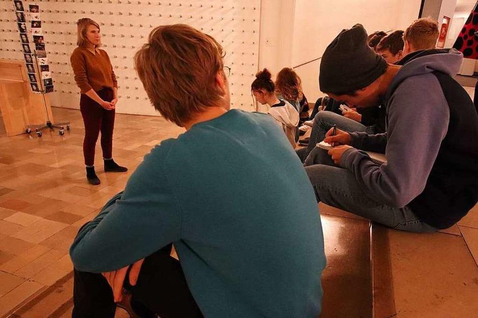 Theatermitarbeiterin Carola Meyer begrüßt im Foyer die Schülerinnen und Schüler des Freiburger Wentzinger-Gymnasiums. (Foto: Stephanie Streif)