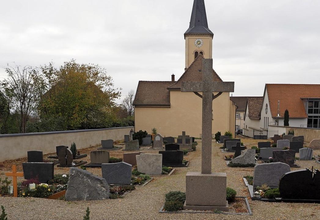 Friedhofsumgestaltung: Der Split wird durch Pflasterbelag ersetzt.  | Foto: Jutta Geiger