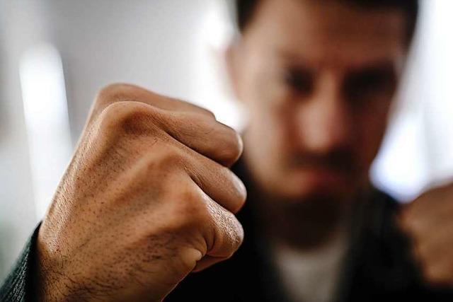 Zwei Männer sollen sich vor einer Bar in Lörrach geprügelt haben