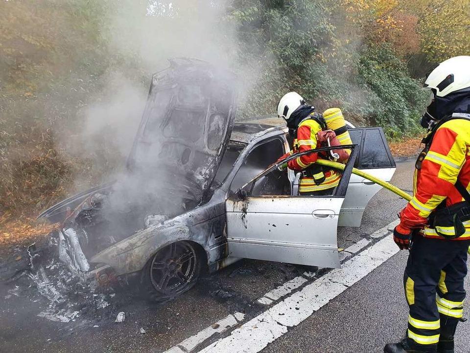 Das Auto brannte vollständig aus.    Foto: Fotograf der Feuerwehr Gundelfingen