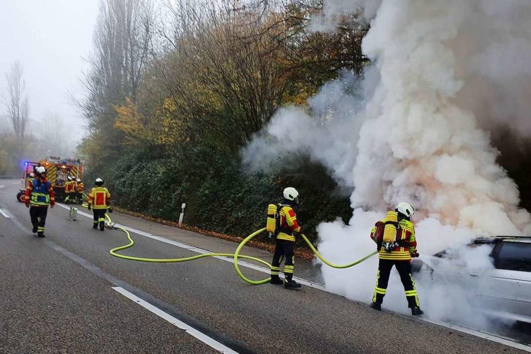 Obwohl der Auto auf Freiburger Gemarkung brannte, löschte die Gundelfinger Wehr.    Foto: Fotograf der Feuerwehr Gundelfingen