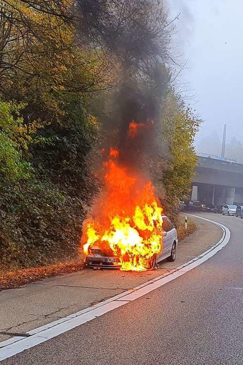 Die Flammen schlugen nach Angaben der Feuerwehr bis zu fünf Meter hoch.  | Foto: Fotograf der Feuerwehr Gundelfingen