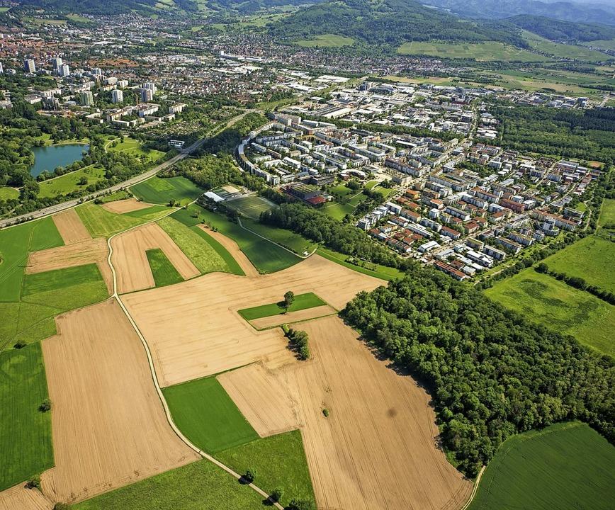 Zwischen dem Stadtteil Rieselfeld (Bil...künftig zu  einem Teil  weichen muss.   | Foto: Nils Theurer