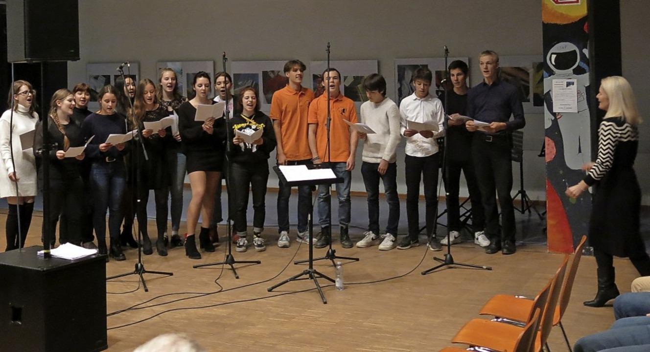Der Auswahlchor des Goethe-Gymnasiums unter Leitung von Sarah Lipfert (rechts).  | Foto: Georg Voß
