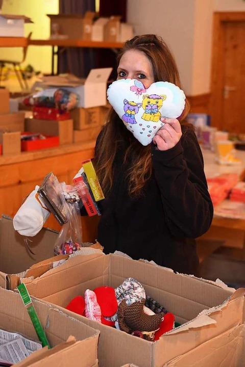 Mehr  als 100 freiwilliger Helfer pack... 650 Päckchen für schwerkranke Kinder.  | Foto: Wolfgang Scheu