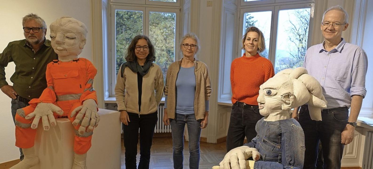 Eine spannende Ausstellung haben Peter...uch Loibls lebensgroßen Textilfiguren.  | Foto: Roswitha Frey