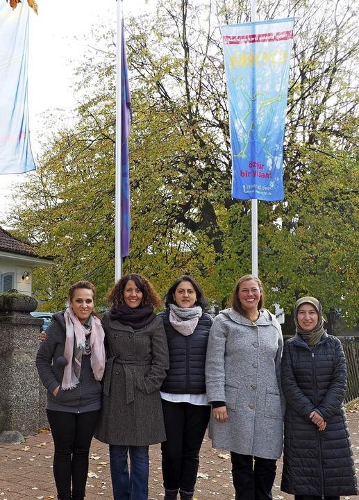 Nida Oraha, Sonia Manssouri, Mexhide J...ine Akkaya (von links) zeigen Flagge.   | Foto: Herbert Frey