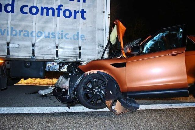 Paar rast mit Sportwagen unter Sattelzug - und bleibt fast unverletzt