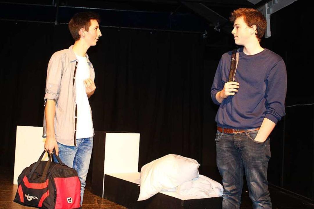 Benjamin (Joschua Rost, links) und Jan...ichtig, wie gut ihre Freundschaft ist.  | Foto: Karin Heiß