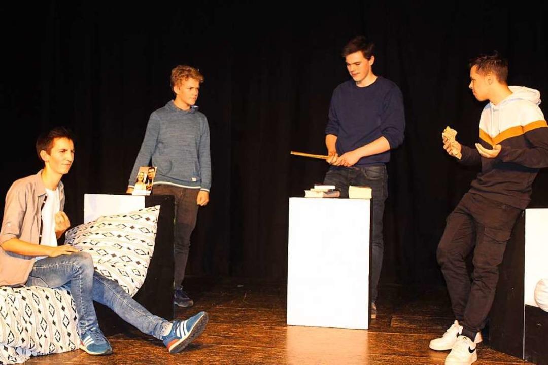 Die Jungs unter sich (von links): Benj...h (Jakob Zorn) und Felix (Simon Düchs)  | Foto: Karin Heiß