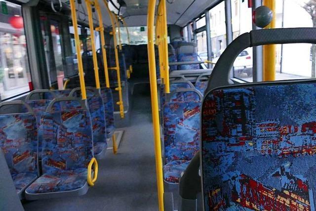 Zwei Busfahrgäste werden in Lörrach bei einem Unfall leicht verletzt