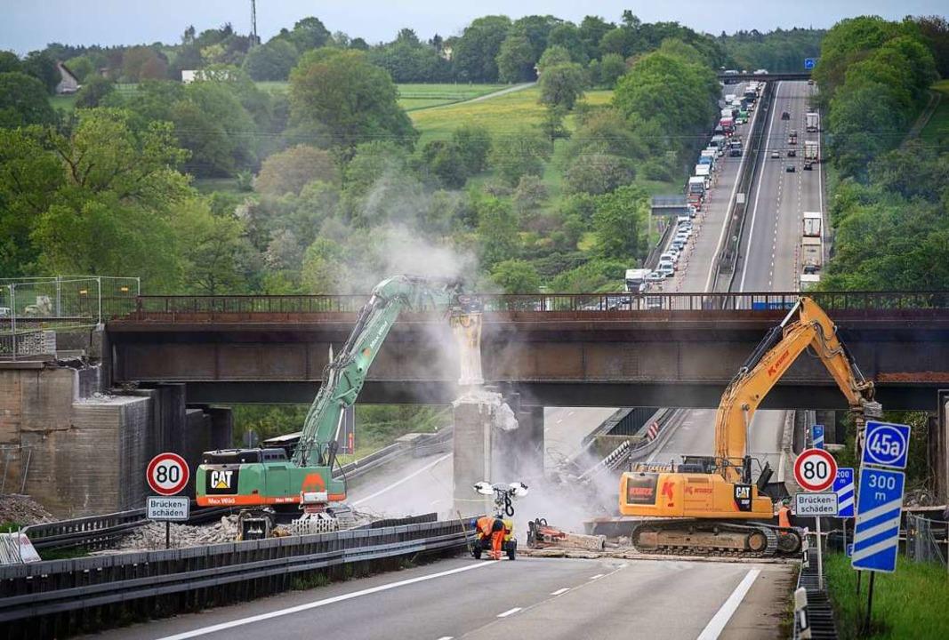 Für den Bau der Bahntrasse müssen best...en, wie hier auf der A8 im April 2018.  | Foto: Sebastian Gollnow