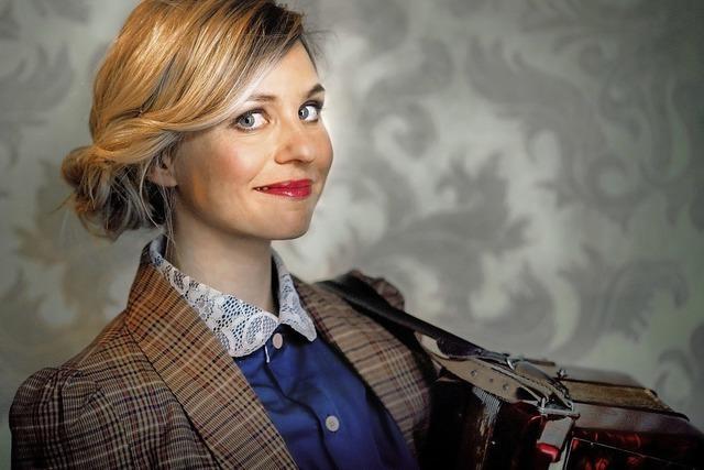 Kabarettistin Tereza Rizos gibt Vorstellung im Schlosskeller in Tiengen
