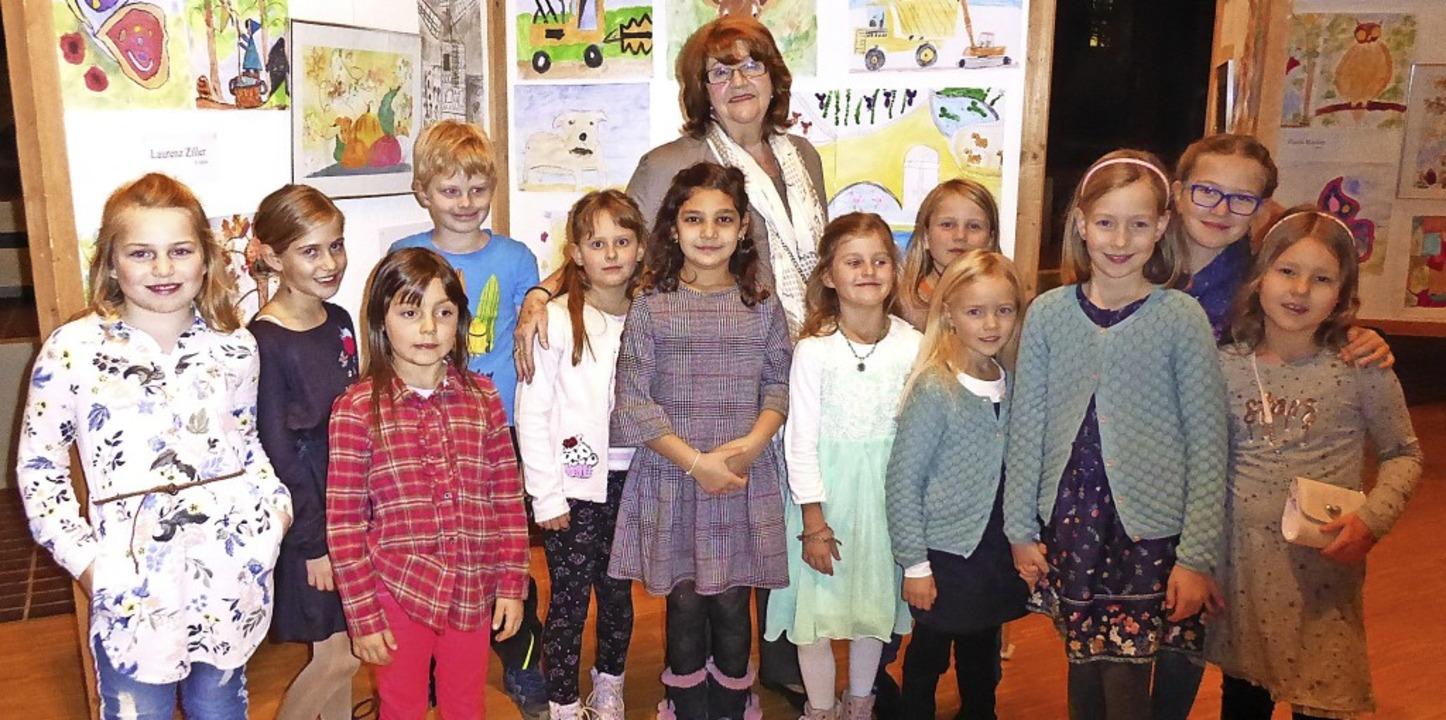 Valeria Pecchi (hinten, Mitte)  mit ihren Malschülern vor den Stellwänden.   | Foto: suedkurier
