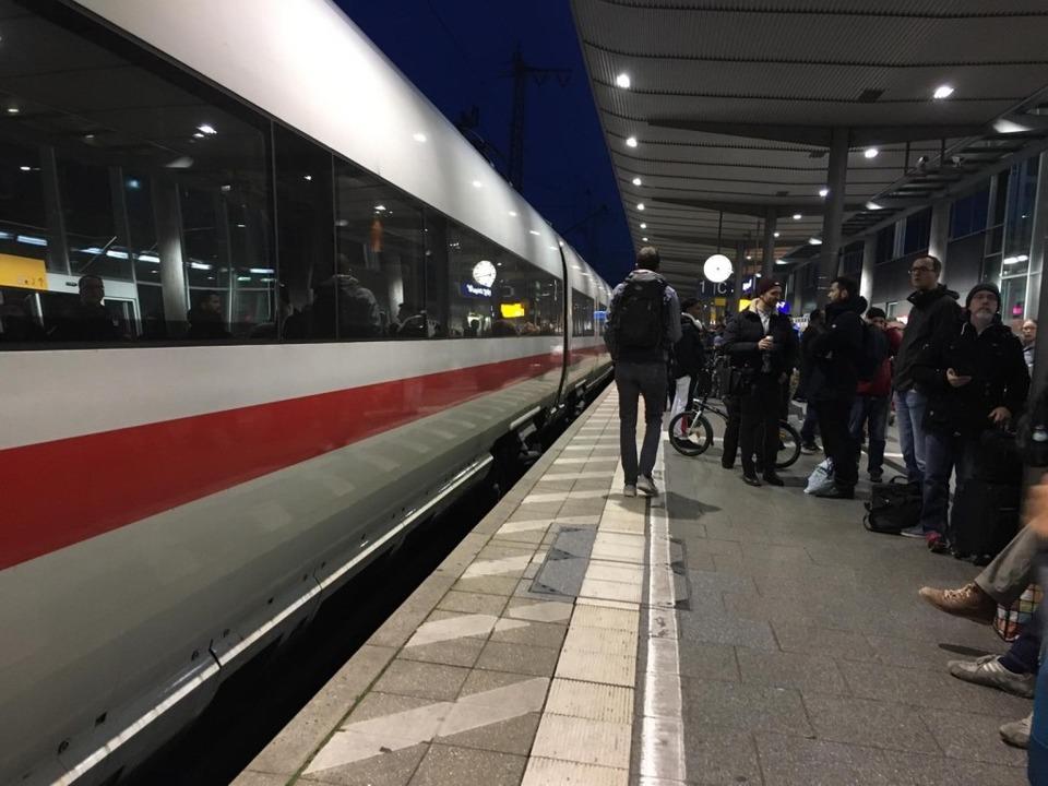 Reisende am Hauptbahnhof Freiburg: Weg...ken nach Basel und Offenburg gesperrt.  | Foto: Carolin Buchheim