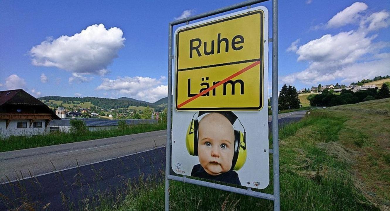 Schilder des Landkreises bitten Motorr... nach Bernau aus Richtung St. Blasien.  | Foto: Sebastian Barthme