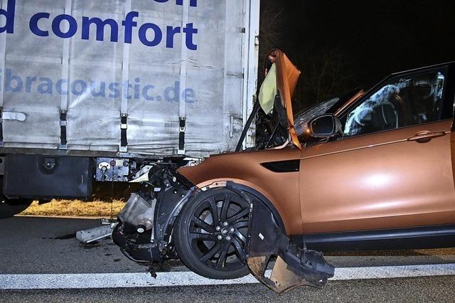 Unfall auf der A 5: SUV kracht in Sattelzug