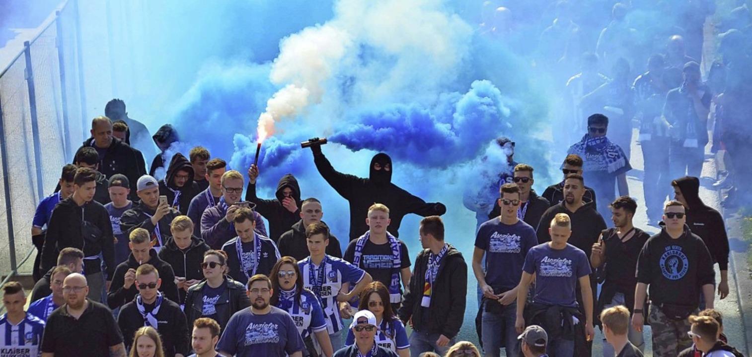 Karlsruher Randalierer hätten fast den Abbruch des Derbys 2017 erzwungen.  | Foto: Andreas Rosar