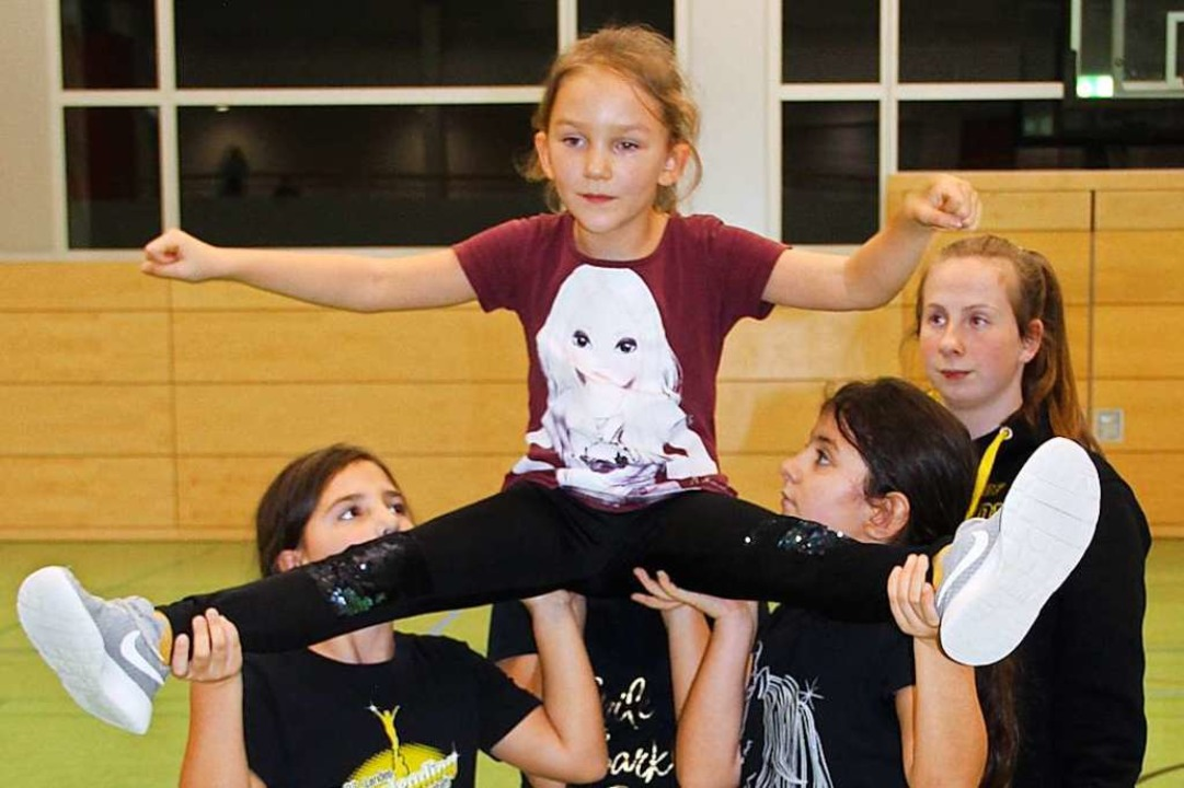 WM-Teilnehmerin Jasmin Urschinger (hin... und leitet die jüngeren Mitglieder an  | Foto: Monika Weber