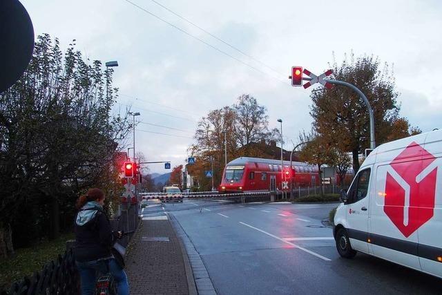 Bahnschranke in Kirchzarten wird zur Posse, denn es gibt immer noch Probleme