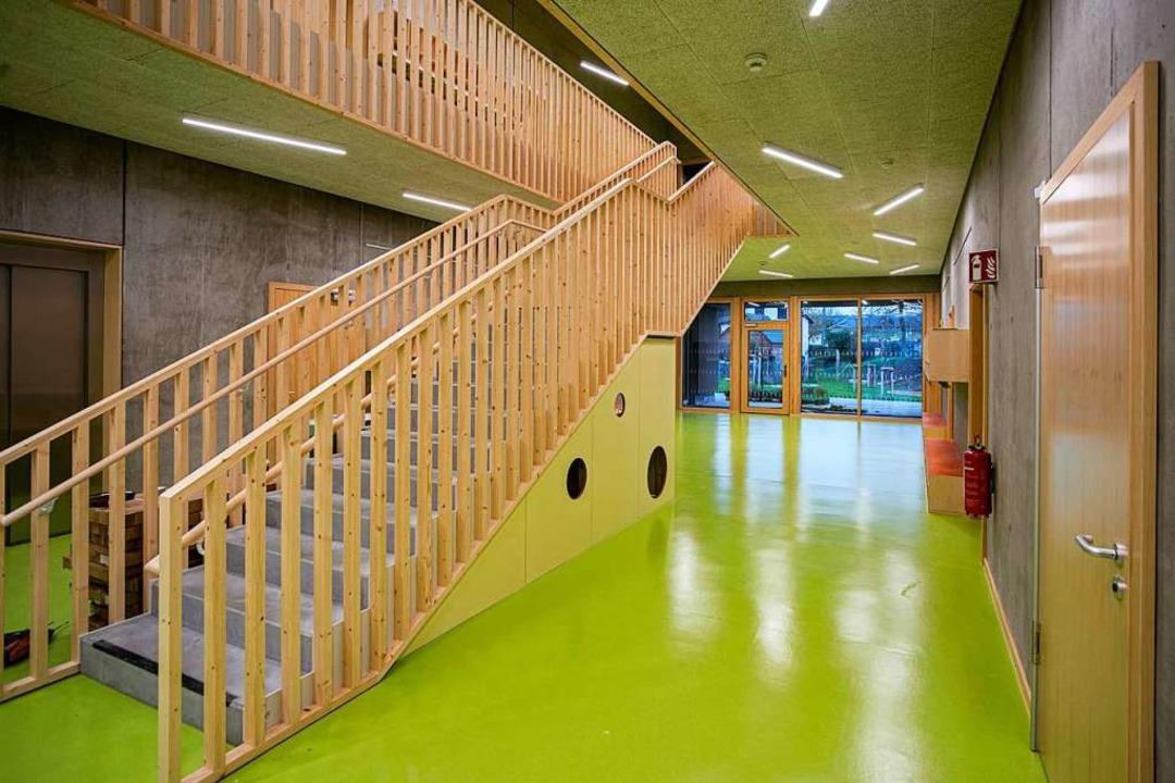 Helles Holz und helles Grün: Auch in s...ie Verbindung mit den Flächen draußen.  | Foto: Hubert Gemmert