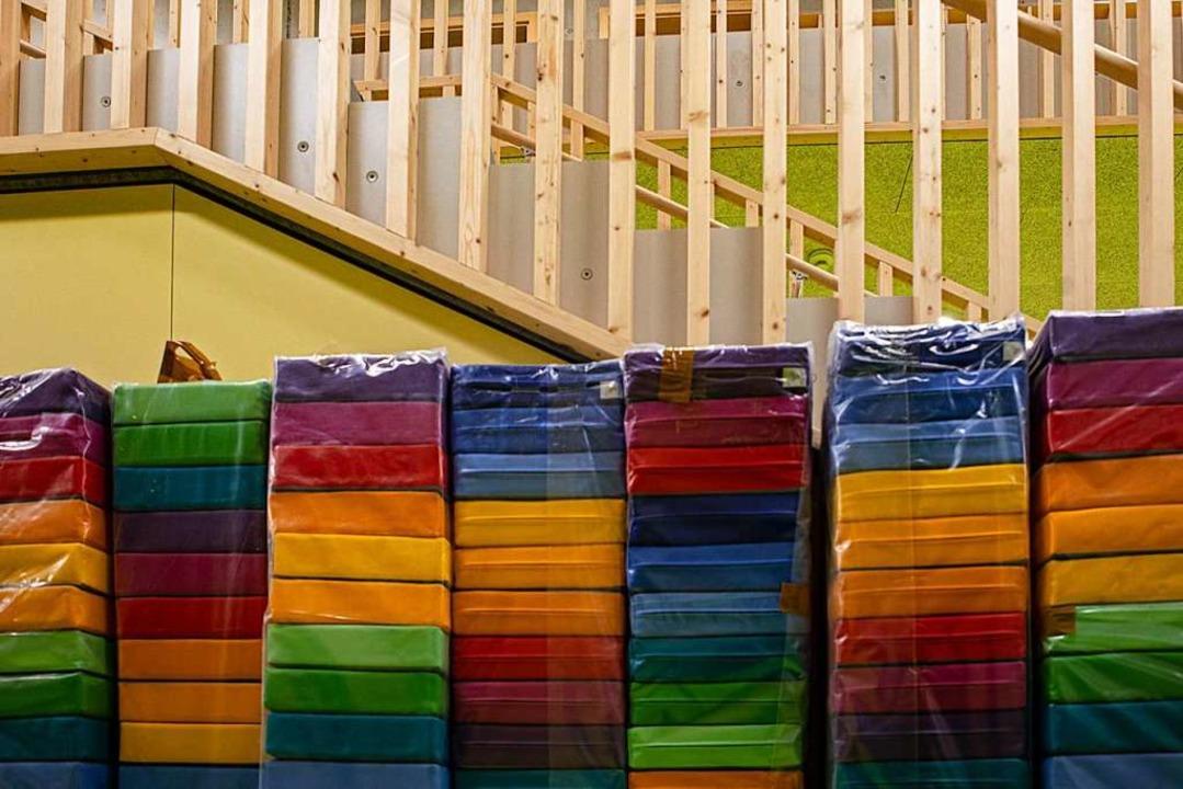 Die neuen Sitzpolster sind schon da du...ndergartentag im neuen Gebäude kommen.  | Foto: Hubert Gemmert