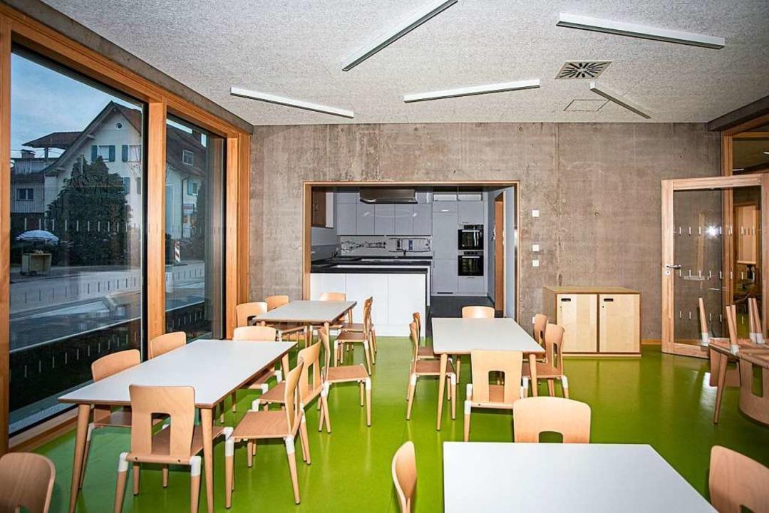 Der Essraum mit der Küche, hier gibt es auch warmes Mittagessen.  | Foto: Hubert Gemmert