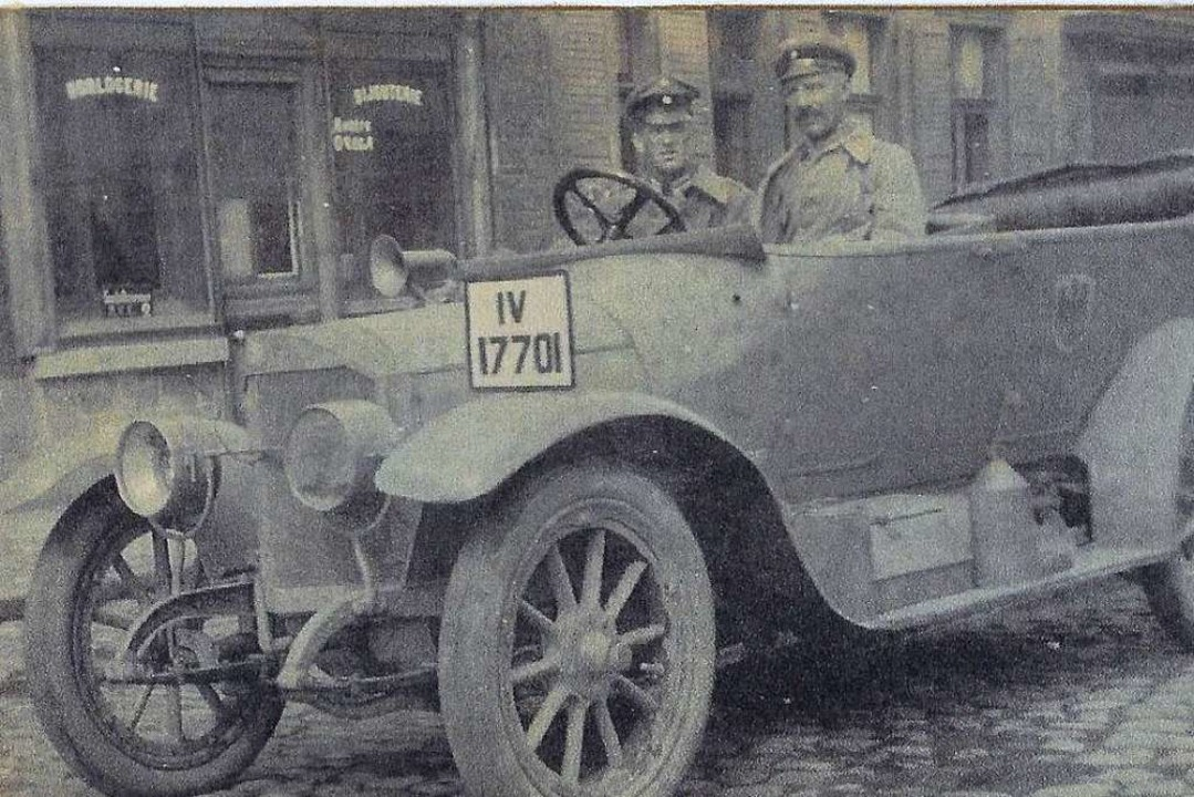 Leutnant Schwarzweber  (l.) mit Fahrer... im  Dienstmercedes  in Nordfrankreich  | Foto: Ulrich Raabe