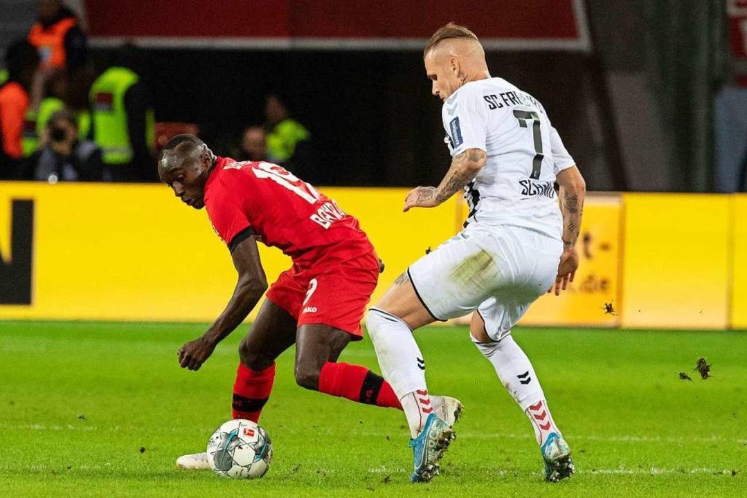 Hartnäckiges Verteidigen: Jonathan Sch...eikampf mit  Leverkusens Moussa Diaby.  | Foto: Bernd Thissen (dpa)