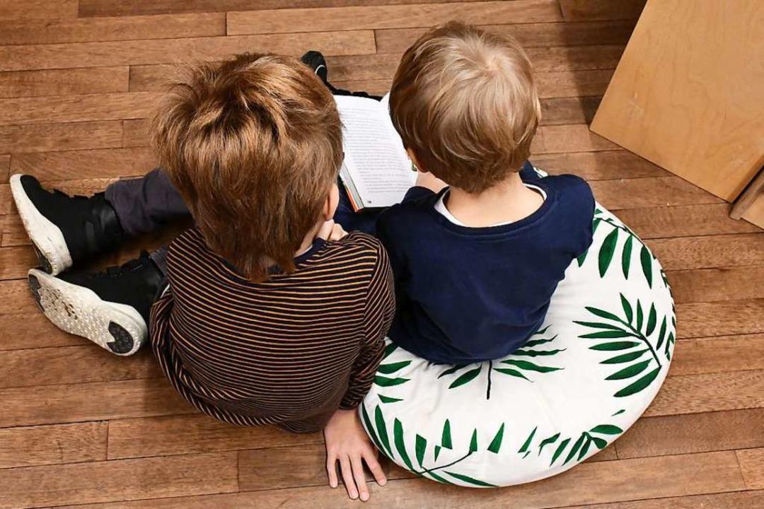 Selbst lesen und Geschichten lauschen ... Kinderbuchmesse im Lörracher Burghof.  | Foto: Barbara Ruda
