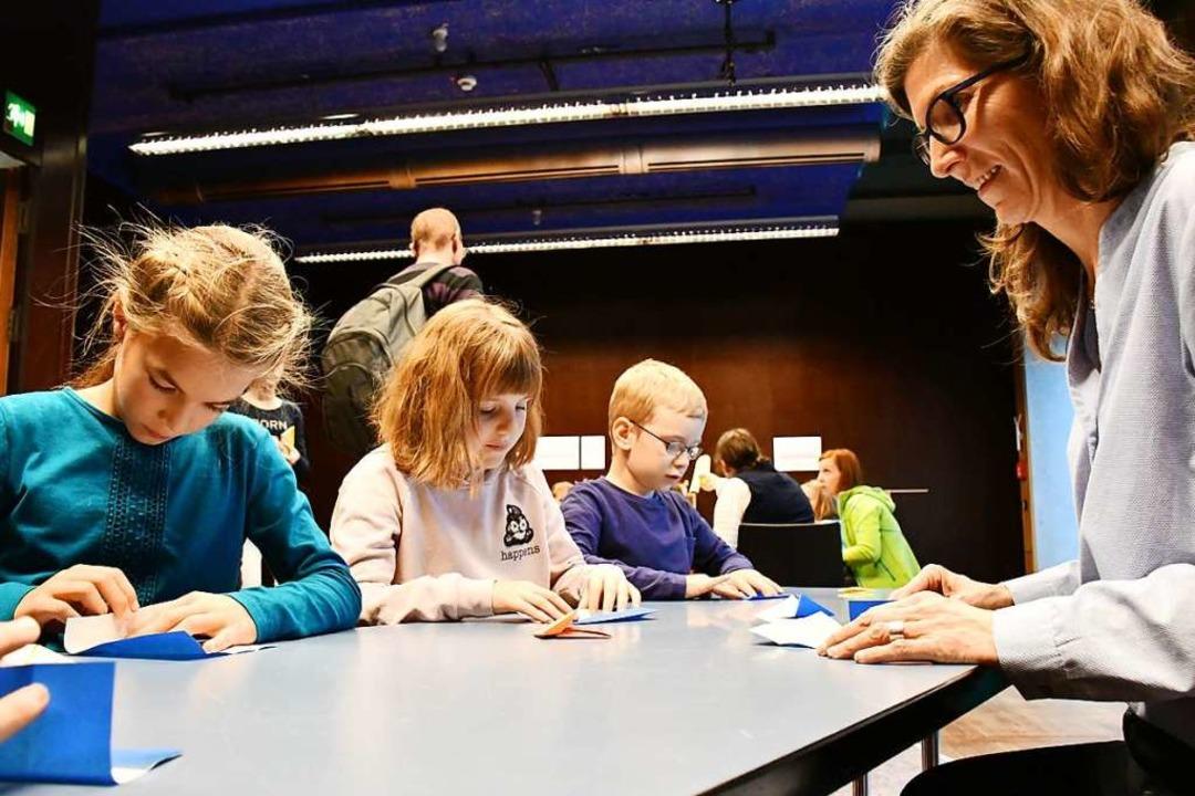 Ein Schnupperworkshop der Schöpflin Stiftung widmete sich dem Falten.  | Foto: Barbara Ruda