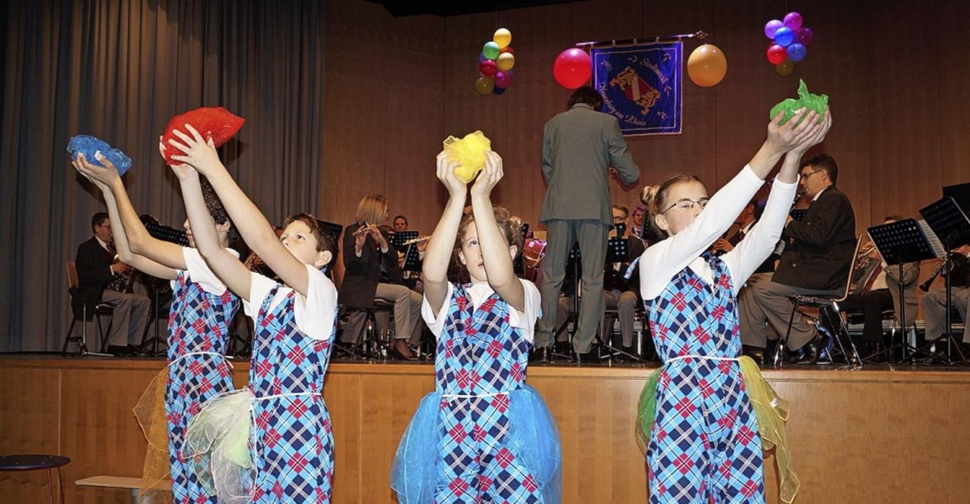Manegenzauber mit der Stadtmusik Neuenburg und den Artisten des Cirque Intense | Foto: Silke Hartenstein