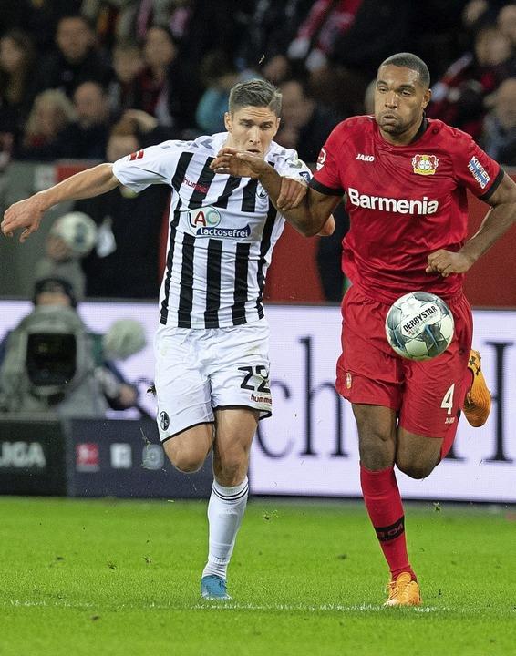 SC-Spieler  Roland Sallai (links) im Laufduell gegen  Jonathan Tah     Foto: Bernd Thissen (dpa)