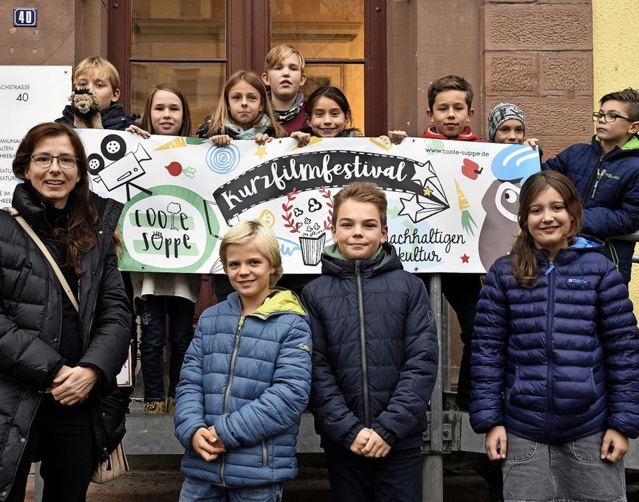Lehrerin Kerstin Montesano von der Sch...tipe Ezgeta und Mia Emier (von links).  | Foto: Thomas Kunz