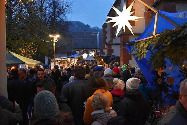 Besucher strömen zum Adventsmarkt zur Kirche St. Georg in Wyhlen