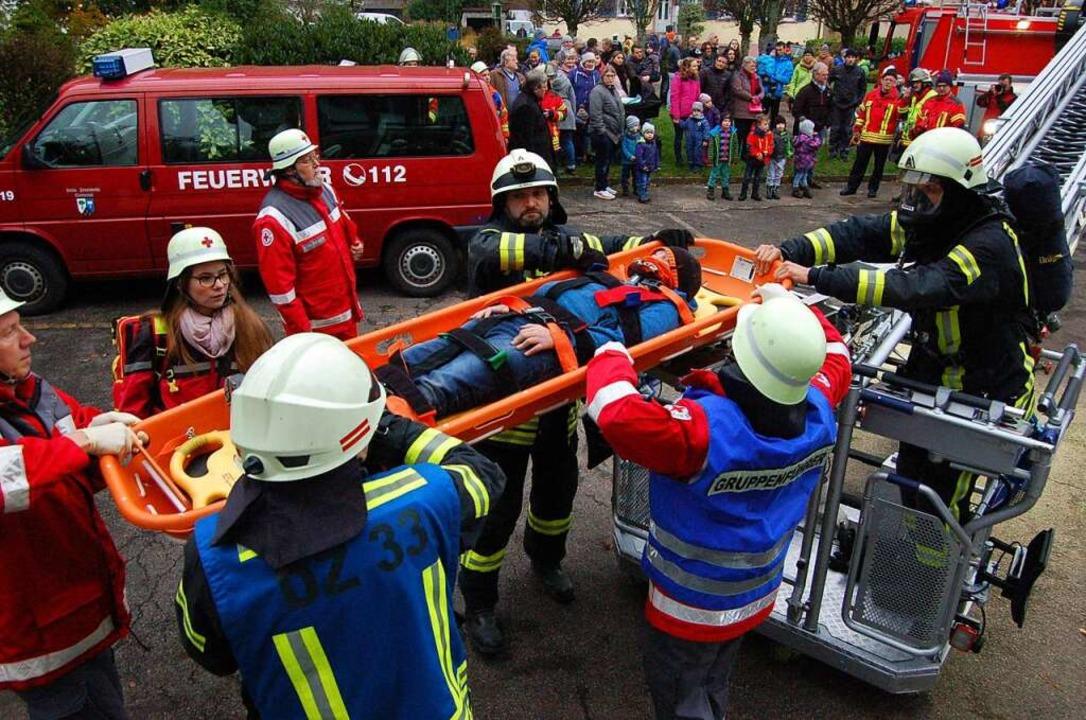 Mit einer Rettungswanne und der Drehle...rwehr und des Deutschen Roten Kreuzes.  | Foto: Christian Ringwald