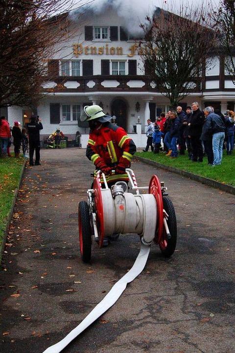 Für die Löscharbeiten an der Pension wurden mehrere Schlauchleitungen aufgebaut.  | Foto: Christian Ringwald