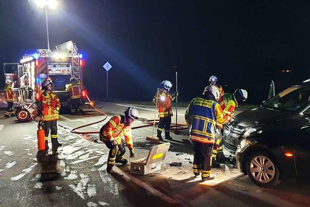 Die Feuerwehr sichert die Vörstetter Straße nach einem Unfall ab.  | Foto: Feuerwehr
