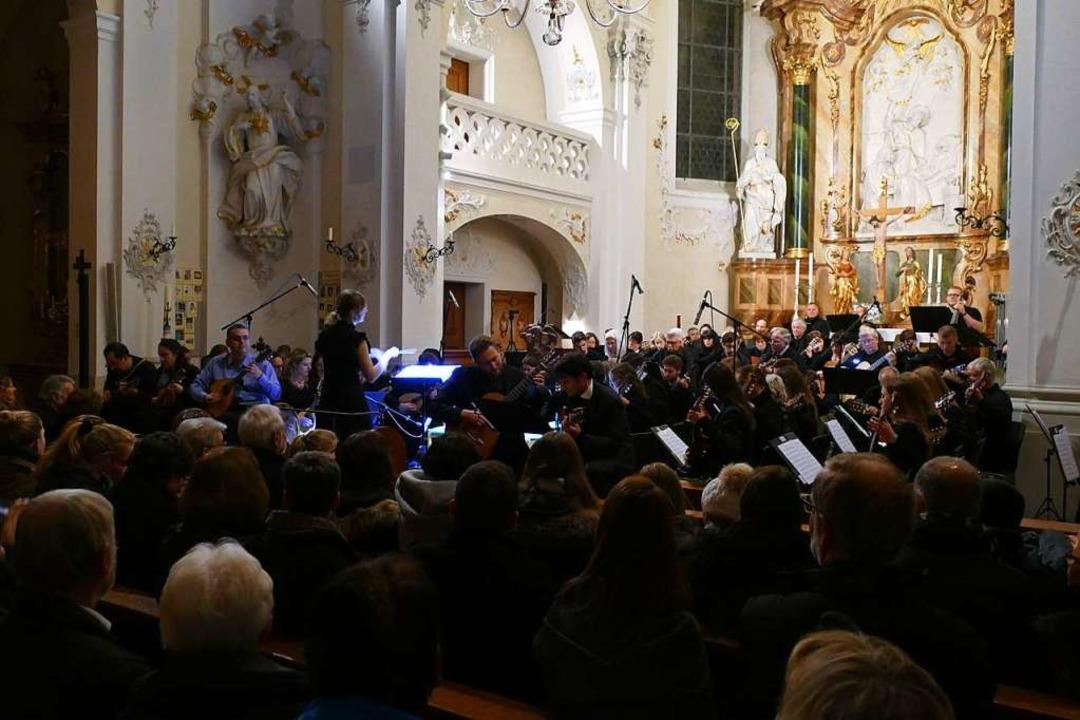 Der Altarraum in St. Josef in Kollnau ...enschiff und die Emporen mit Publikum.  | Foto: Sylvia Sredniawa